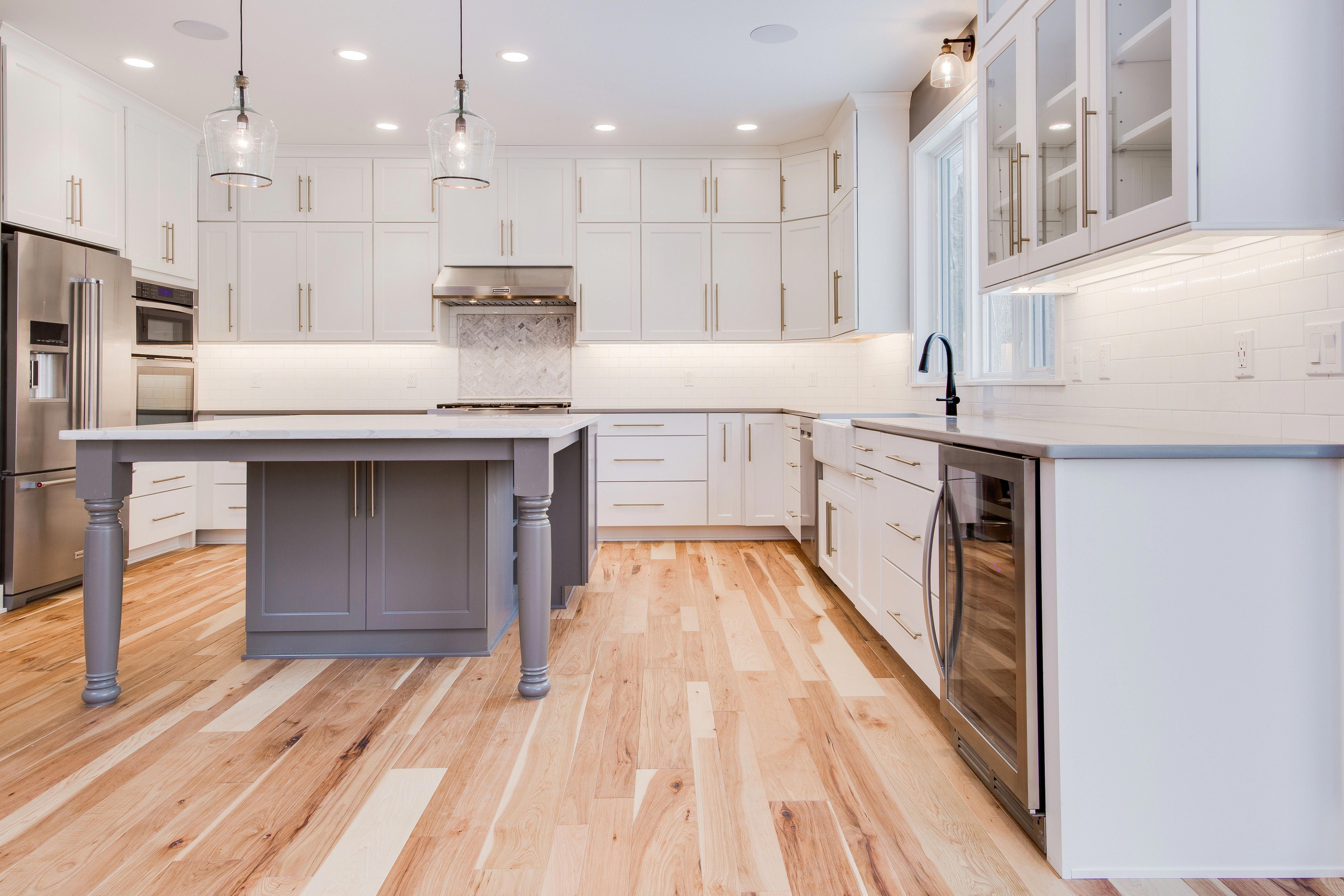 Kücheninsel Oval Kitchen Natural Hickory Hardwood Floors Contrasting Painted