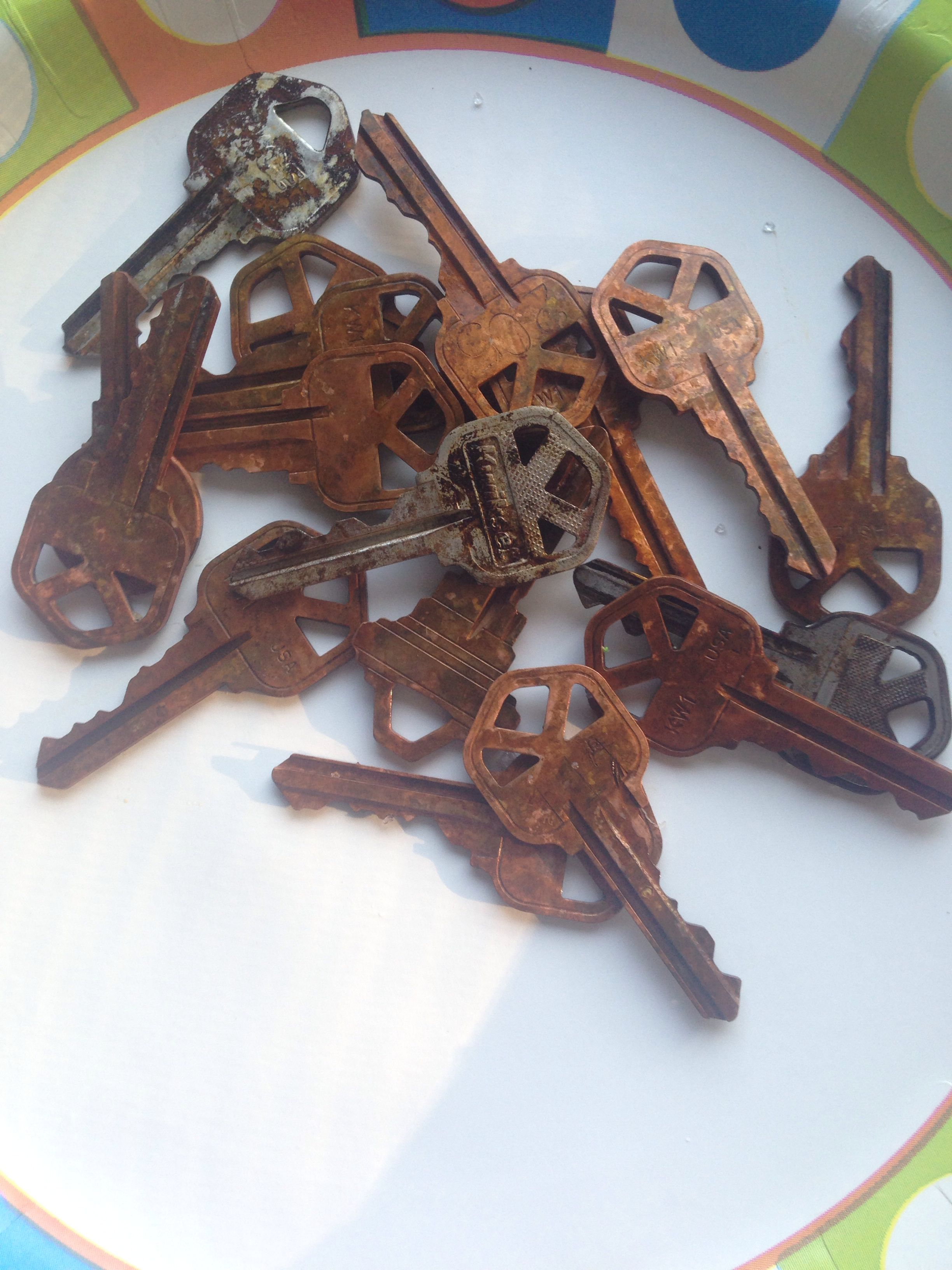 Make New Keys Look Old Simple And Easy Put Keys In A Bowl And Fill With Peroxide And Some Vinegar And Watch It Bubb Key Crafts Diy Decor Crafts Vintage Keys