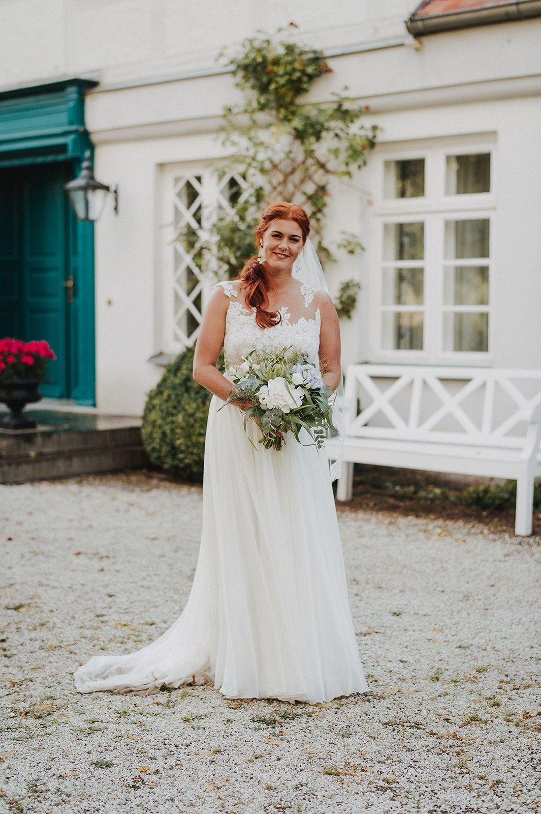 Eine entspannte Scheunenhochzeit mitten im Grünen wünschten sich Julia   und Johann für ihre Hochzeit. Den Ort, an dem sich alle wohlfühlten und   Zeit füreinande hatten, fanden sie mit Gutshof Langensee. Dort   verbrachten sie mit ihren Familien und Freunden ein Wochenende mit   Kennlern-BBQ am Freitag, Scheunenhochzeit am Samstag und   Bayrischem Katerfrühstück am Sonntagmorgen – dokumentiert von Nils   Hansenau, Hochzeitsfotograf aus dem Netzwerk Bildpoeten. #freietrauung   #lieschenheiratet