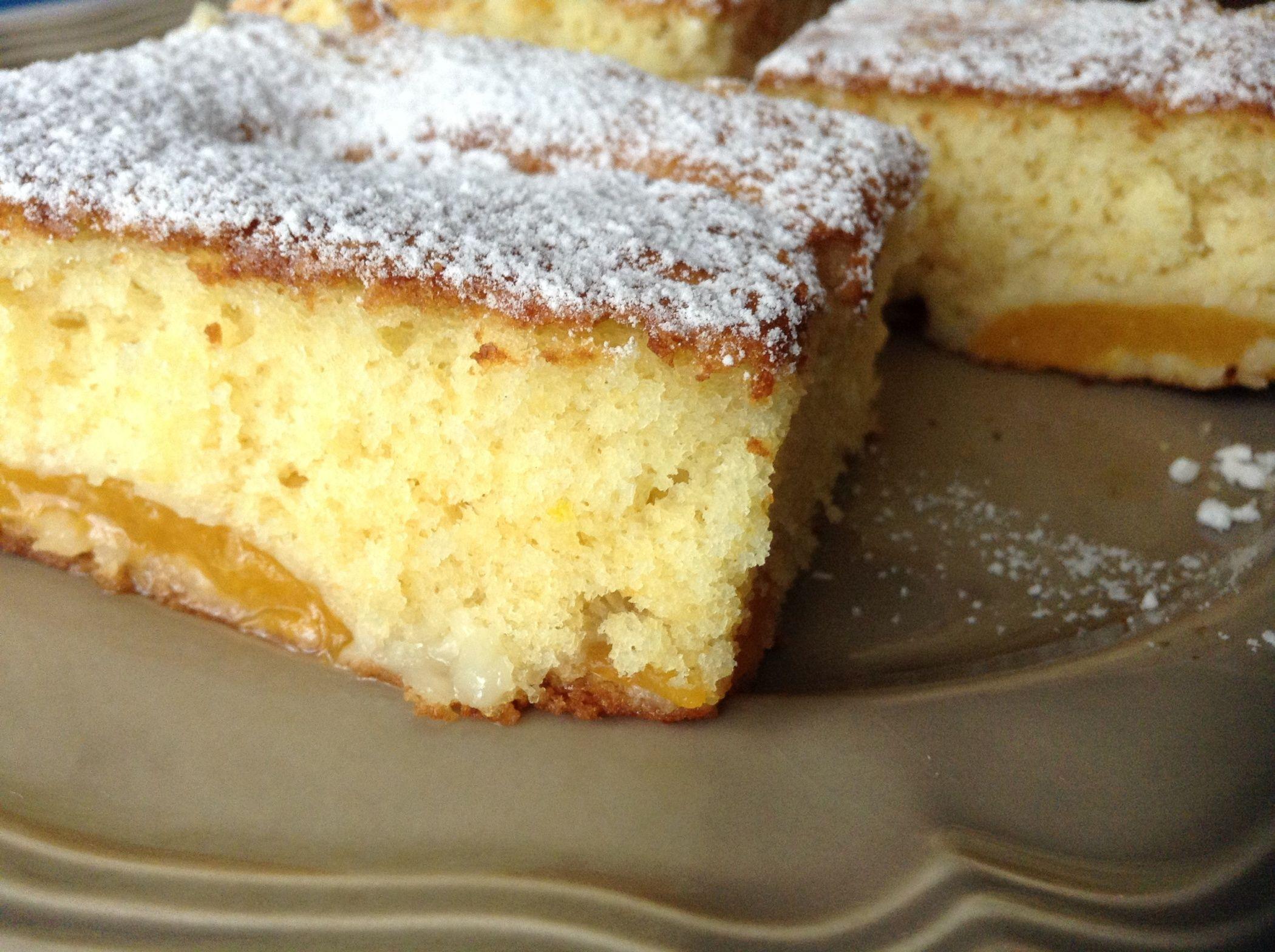 Ingrédients: 200 gr de farine 200 gr de sucre en poudre 2 oeufs 5 cl d'huile ou beurre 1/2 paquet de levure chimique Le zeste d'un citron 1 boîte d'abricots au sirop Préparation: Mélanger l'huile et le sucre.Ajouter les zestes et les oeufs, bien mélanger....