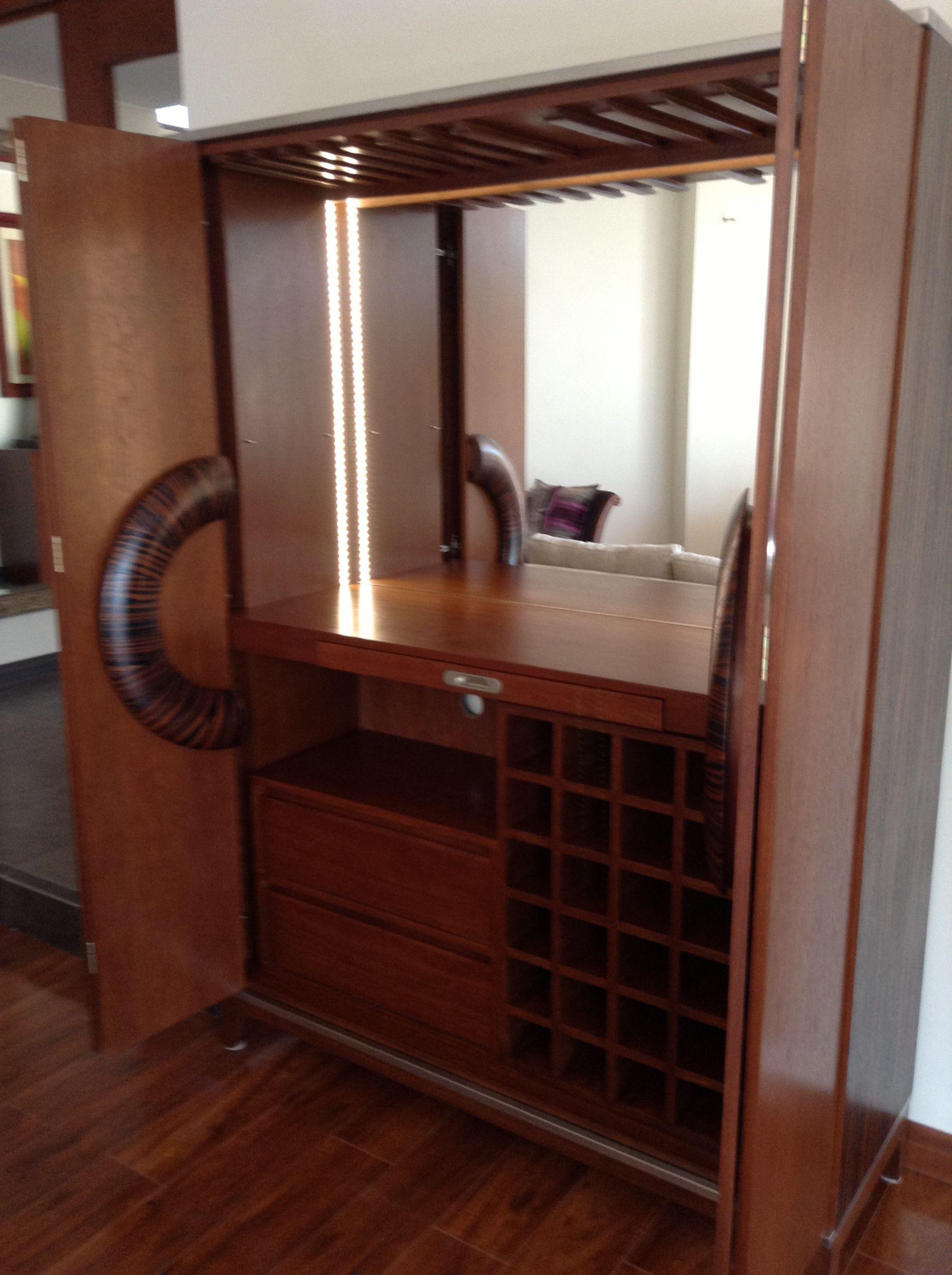 Interior de mueble bar con porta copas bandeja con for Bar madera moderno