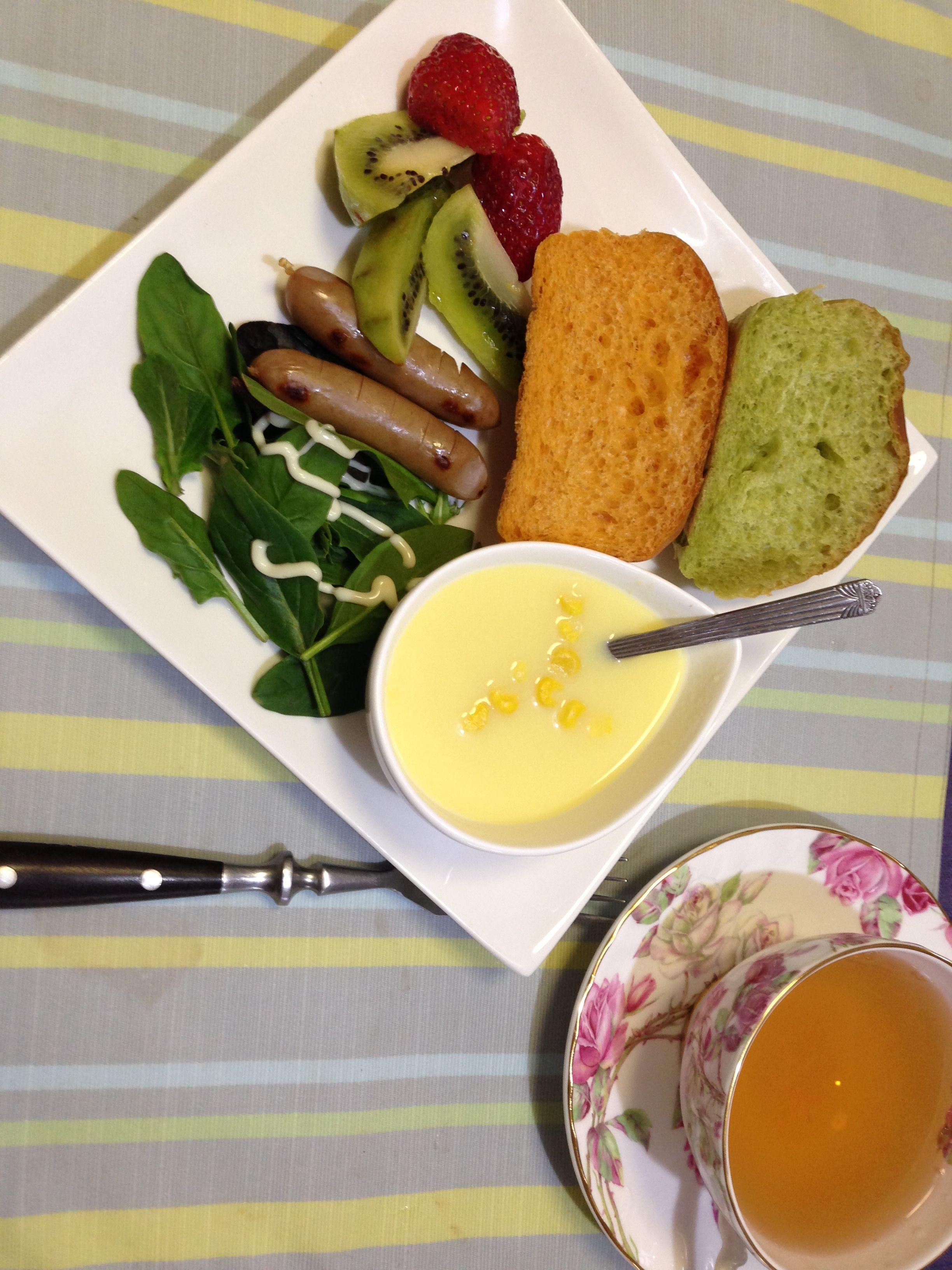 ほうれん草と人参のパンです。 carrot bread & spinach bread