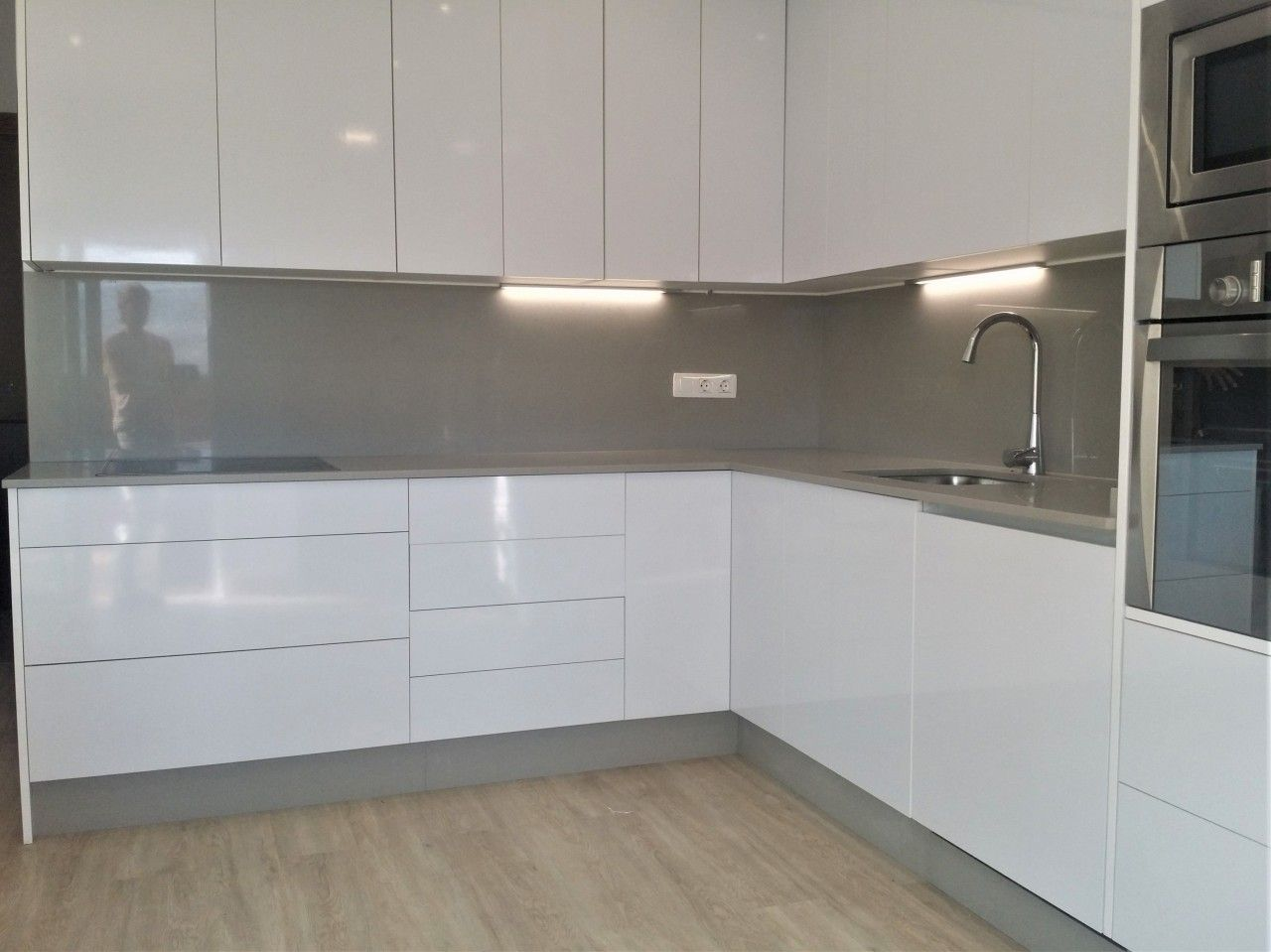 99 planos de cocinas modernas con isla 2018 kitchenette - Cocinas blancas ...