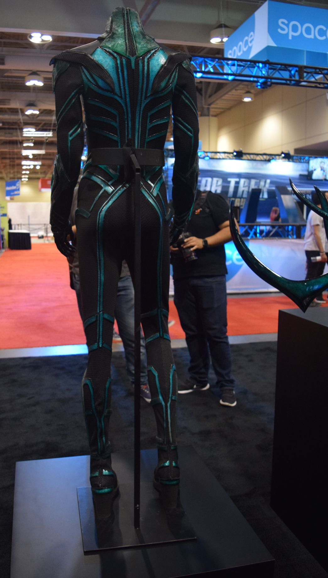 Thor Ragnarok at Fan Expo Hela Costume (3) Anime