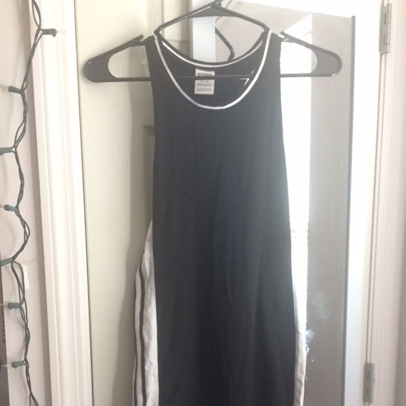BLACK AND WHITE VICTORIA'S SECRET PINK DRESS Only warn once. No wear and tear; in excellent condition. I am 5'2 and it comes to just above my knee. Please utilize the offer button to negotiate prices and comment if you have any questions ❤️ PINK Victoria's Secret Dresses Midi