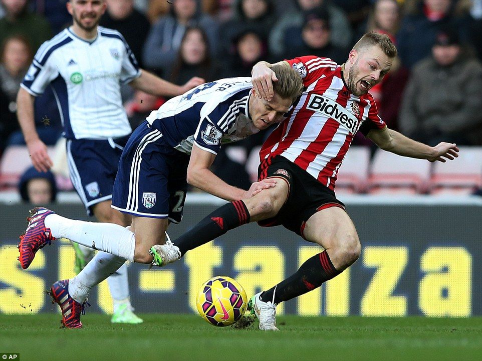 Darren Fletcher (left) of West Brom tussles for possession with his midfield counterpart #Seb Larsson (right) of Sunderland