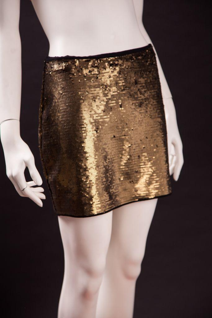 Falda corta de lentejuela dorada con fondo negro BCBG Maxazria. - De ... 940efec7f4de