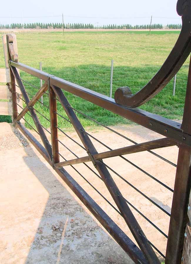 httpwwwranchdrivewaygatescomimagesranch driveway gate wooden ranch driveway gate 3gjpg httpwwwranchdrivewaygatescomimagesranch driveway gatewooden