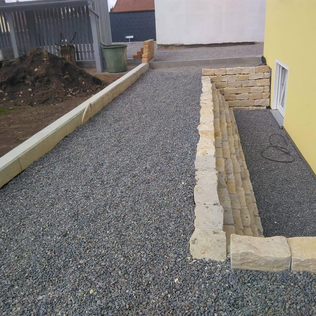Pflasterflache Und Mauer Fur Lichtschacht Gartengestaltung Gartenideen Pinzer Gartenbau Pflaster Godelmann Kalksandstein Backyard Sidewalk Structures