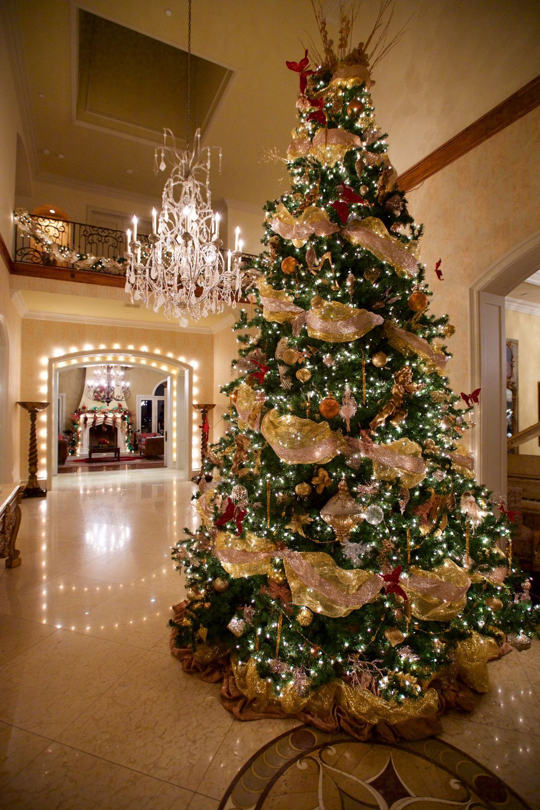 60 Festive Ways To Make A Statement With Your Christmas Tree Elegant Christmas Trees Best Christmas Tree Decorations Gold Christmas Decorations