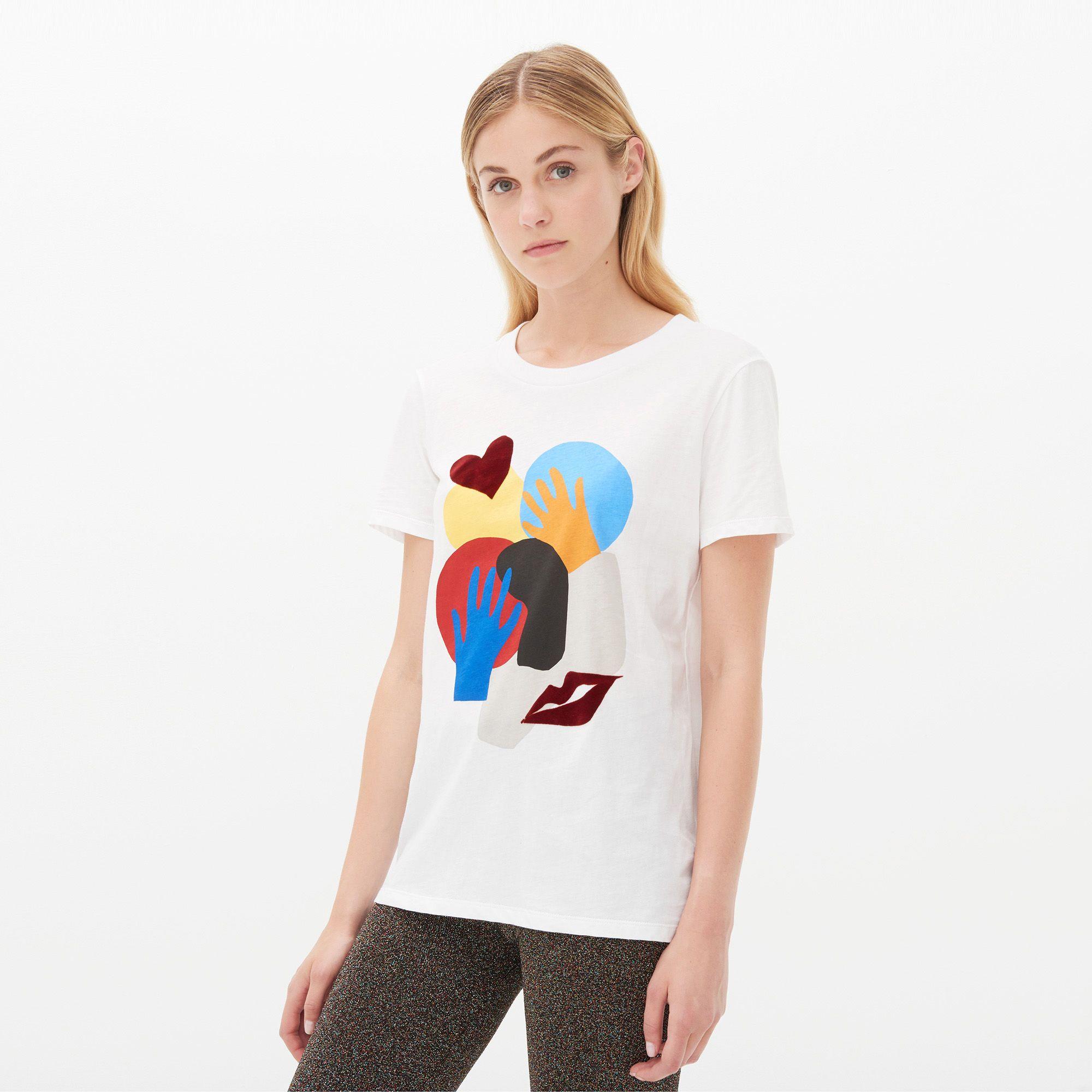 Блондинка в белой футболке с пандой в руке фото 286-204