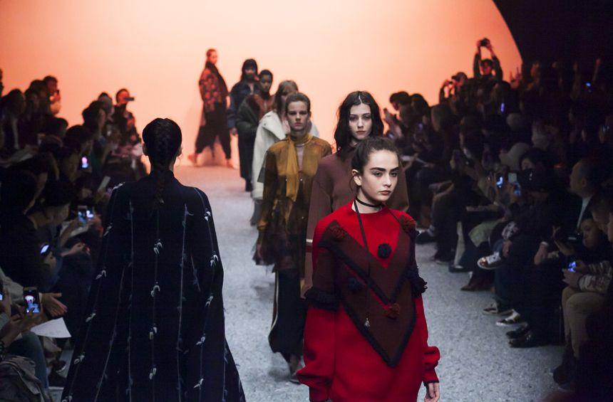 【「5-knot」2017 A/W TOKYO COLLECTION 力のあるショーを見せた、ファイブノット】  Amazon Fashion Week Tokyo 2017 A/Wのオープニングを飾ったのは、「5-knot」。鬼澤瑛菜と西野岳人のデザインデュオが、2013年に創設したブランドで、今回、初参加ながら、デザイン力がうかがえるショーを披露した。  つづきはこちら☞ http://soen.tokyo/fashion/collection/5knot2017aw.html