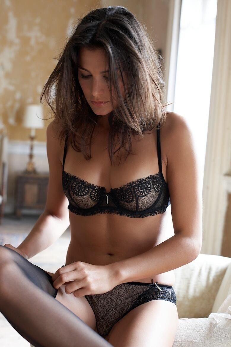 girls models Black bra