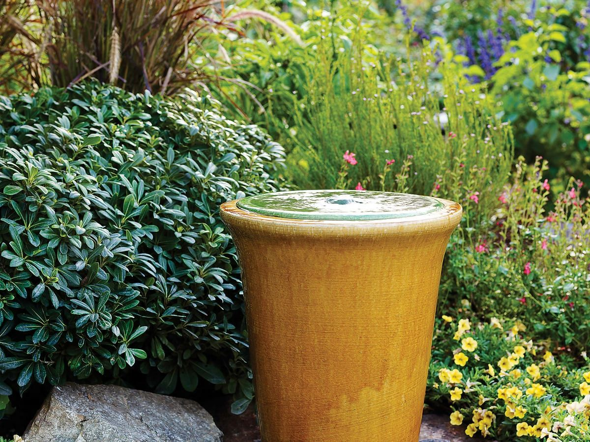 Das Wasserspiel Schafft Eine Harmonische Stimmung Im Garten Fountains Backyard Solar Fountain Fountains Outdoor