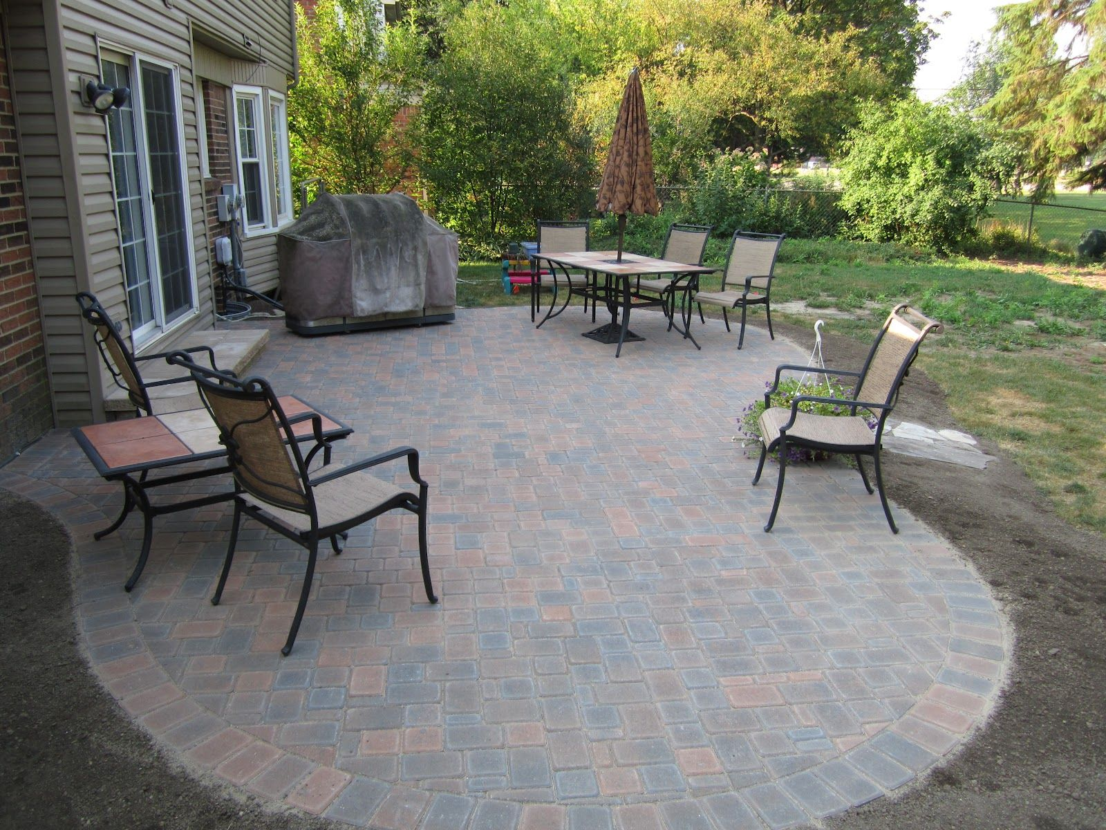 Small paver patio designs landscaping with pavers for Pictures of stone patios