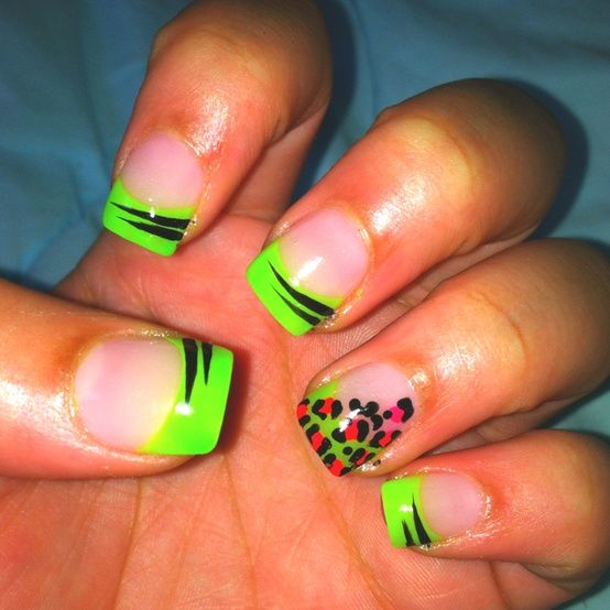 Love this neon tip nail.