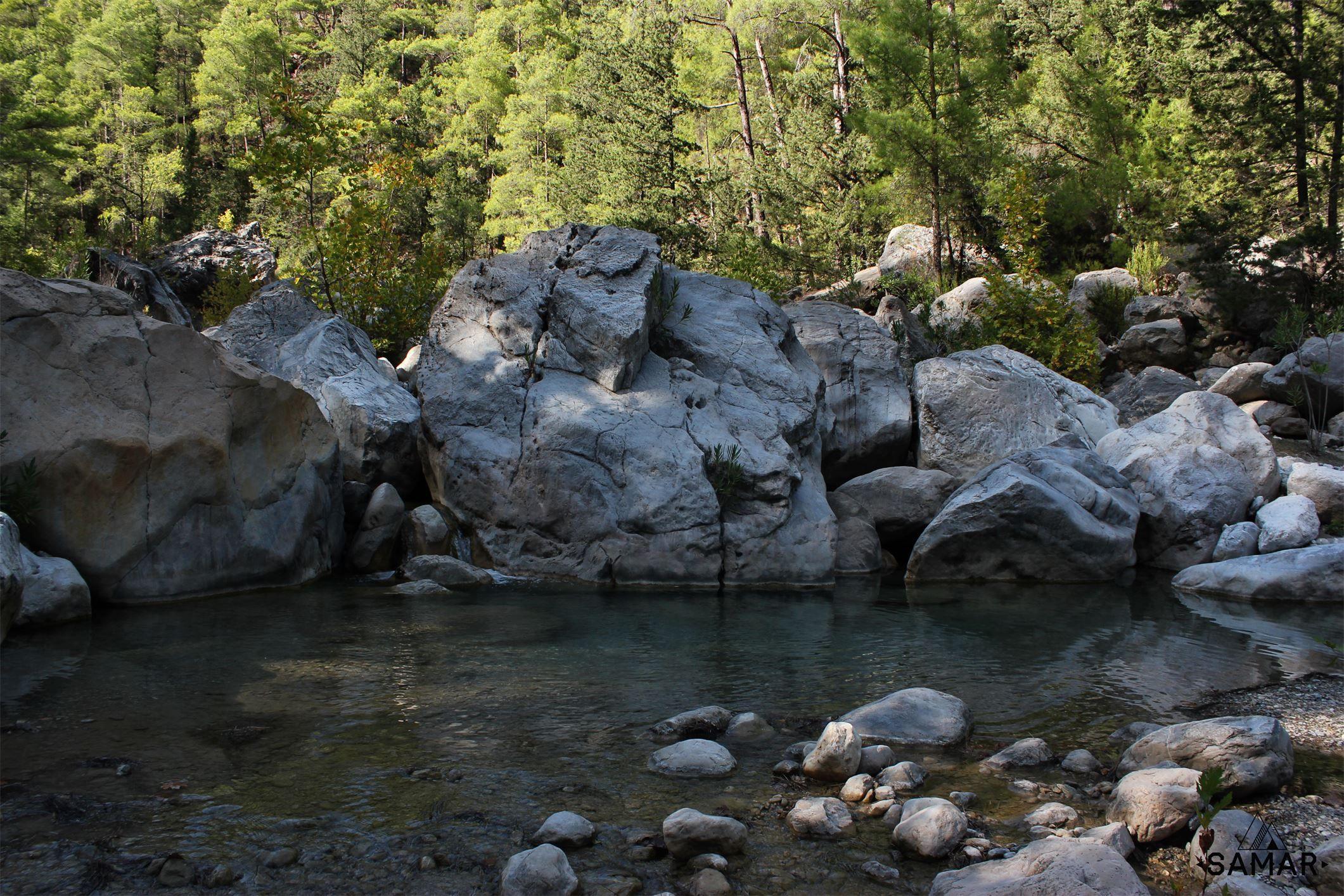 http://samarclub.com/vost-likijskaya-tropa/  Вначале мы поднялись на хребет, чтобы обойти неприступный каньон, и затем опять спустились к реке. Тропа проходит через необычный турецкий лес, где сосны перемежаются с различными экзотическими деревьями. Далее, спустившись в долину, мы пошли мимо огромных живописных валунов. Ночевка в сосновом лесу, возле реки и скал. #samarclub #жизньвпоходах #активныйотдых #турция #каньонгармонии #поход #туризм #турпоход #каньон #гармония #природа