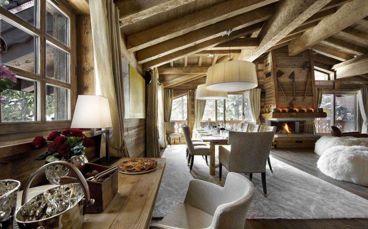 salon alpestre en bois avec une cheminée élégante