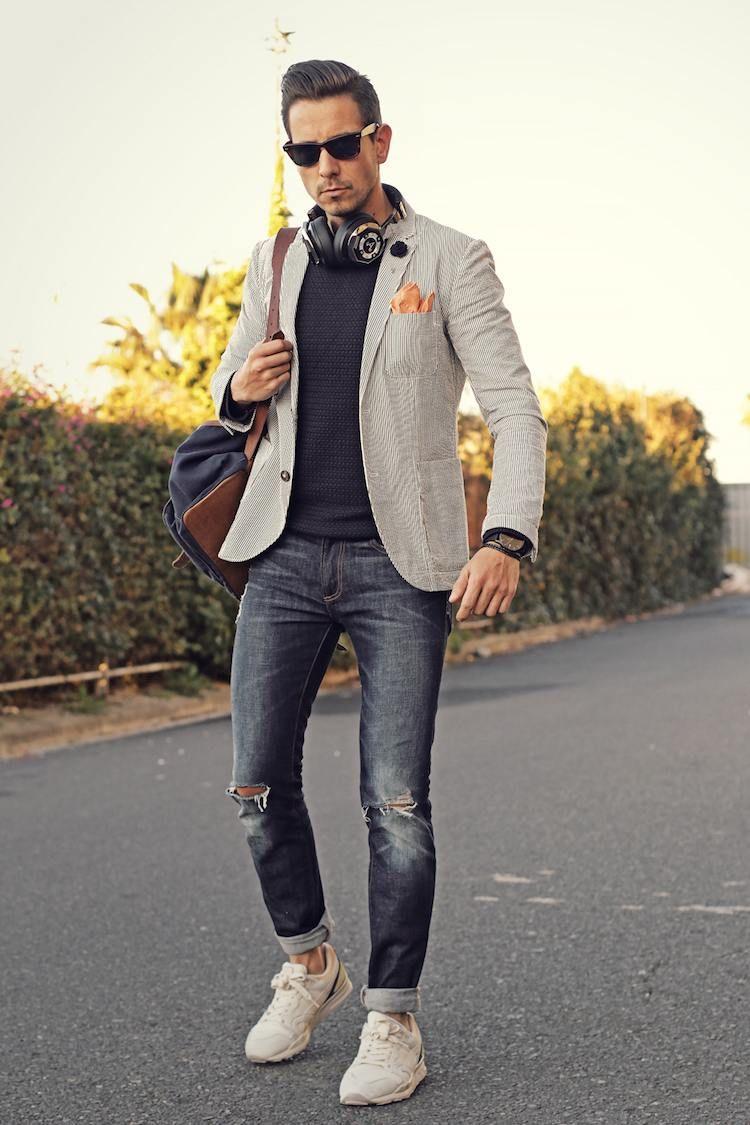 0492b91b8fed9 Alerte mode masculine   le blazer homme se porte avec un jean et avec une  très grande assurance. blazer homme gris clair jean déchiré pull gris  baskets