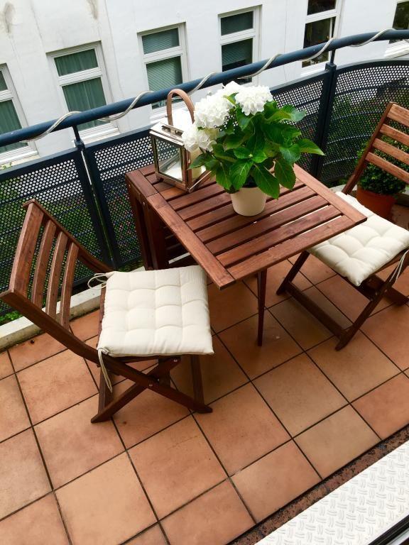 Gefliester balkon in sch ner hamburger wohnung kleiner for Kleiner holztisch