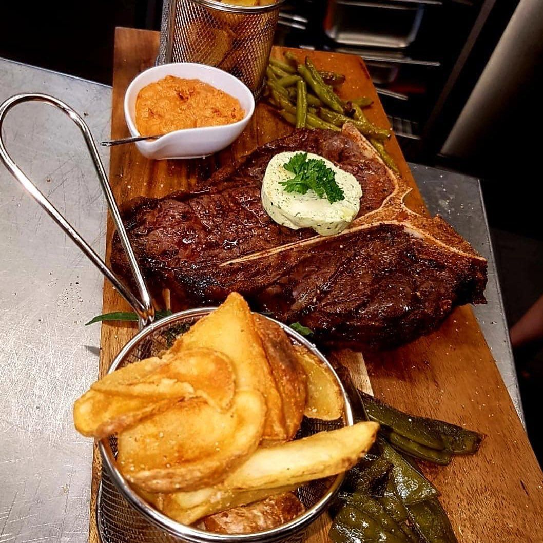 T Bone Steak Mit Hausgemachter Krauterbutter Kartoffelchips Grillgemuse Und Knoblauch Dip Zeisslereventgastronomie Grillen Lecker Le Food Steak Breakfast