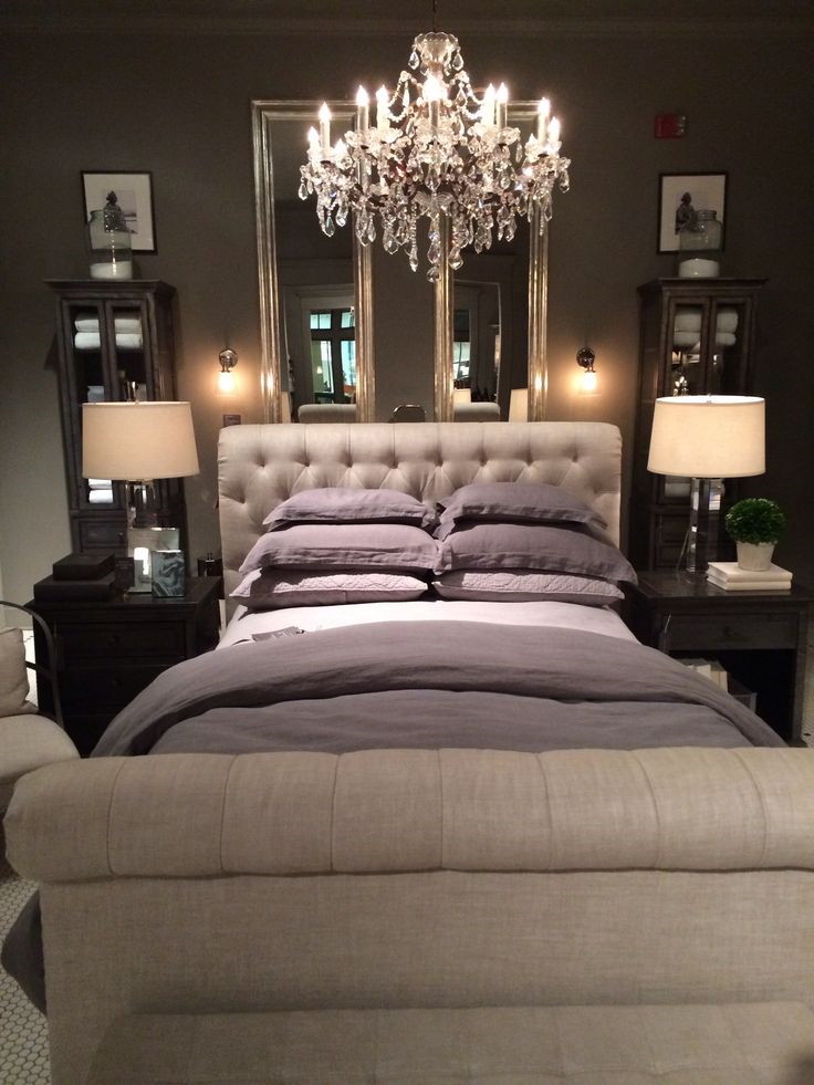 un chandelier dans la chambre coucher pour le c t glamour et sexy il fallait y penser. Black Bedroom Furniture Sets. Home Design Ideas