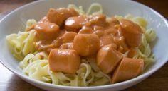 Pølseret med pasta og tomat-/flødesovs