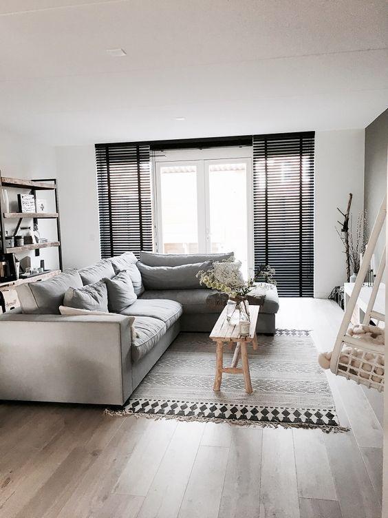 Mooie zwarte aluminium jaloezieën met ladderband die de ruimte extra contrast en pit geven. Wij zijn fan! En jij? Verkrijgbaar bij Rolgordijnwinkel.nl #huisideeëndecoratie