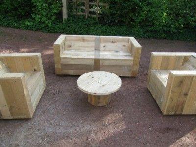 Ensemble de meubles de jardin construite avec des palettes et une bobine en bois bobines de - Construire des meubles avec des palettes ...