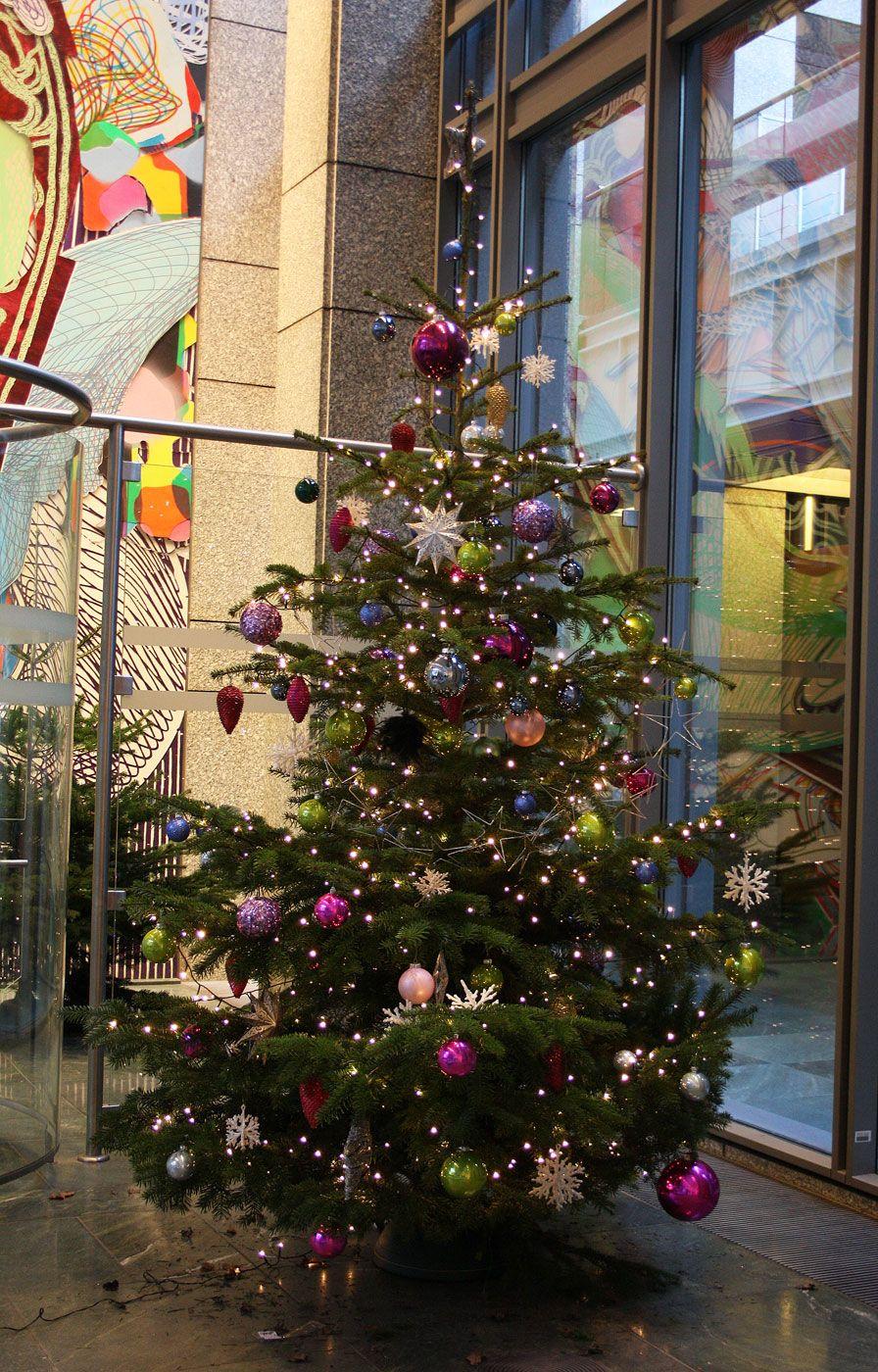 weihnachtsbaum schm cken bunt geschm ckter christbaum 3 meter dekoration f r die axel. Black Bedroom Furniture Sets. Home Design Ideas