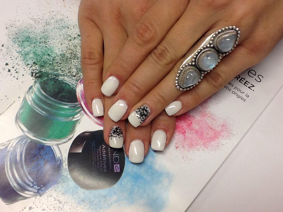 Petit design de dentelle sur pose d'ongles shellac par Tatiana