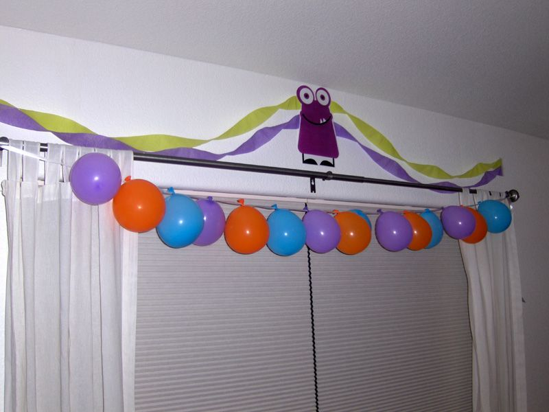 like the balloon garland too!