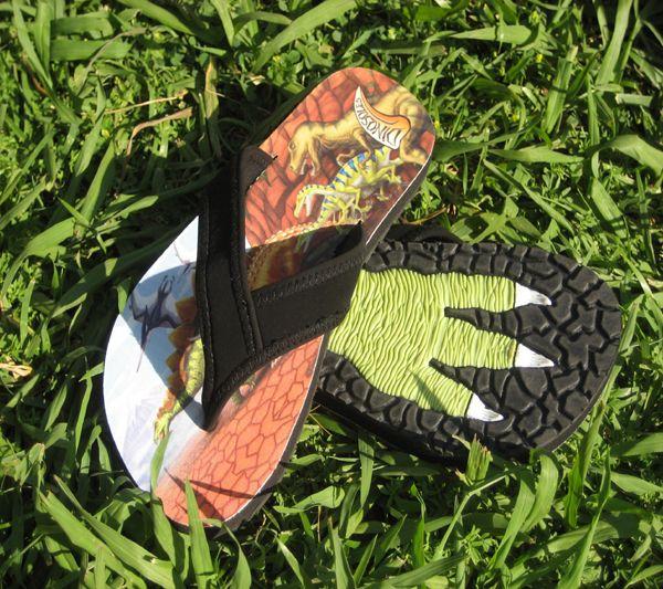 Increíbles chanclas de Dinosaurios para pasar un Verano Jurásico. Al andar, dejará la huella de su Dinosaurio favorito. Suela multicolor con paisaje del Cretácico y sus Dinosaurios favoritos, el Estegosaurio, el Triceratops, el Tiranosaurio Rex, dos Velociraptores y un Pteranodon. 28: 17,5 cm  29: 19 cm  30: 19,5 cm  31: 19,5 cm  32: 20,5 cm 33: 21 cm 34: 22 cm Marca: Dinosoles Ref. 30132 Precio: 20.00 € IVA incluido