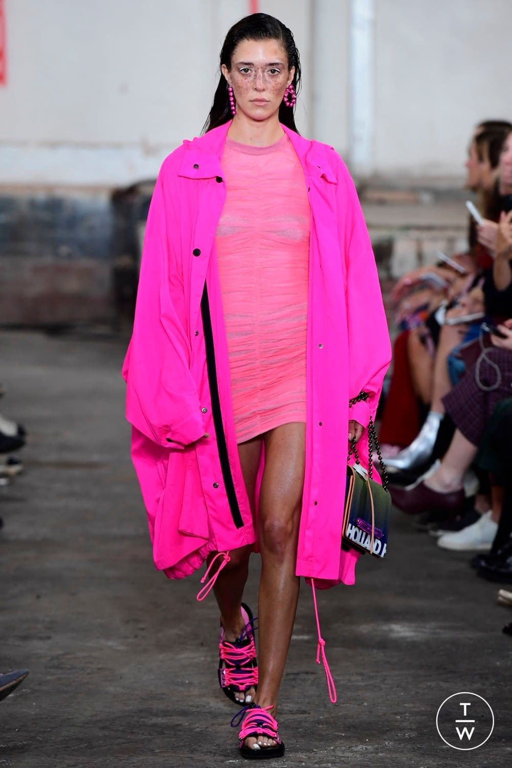 Accessory Spring Trend: Neon Colorblocking forecast to wear in winter in 2019