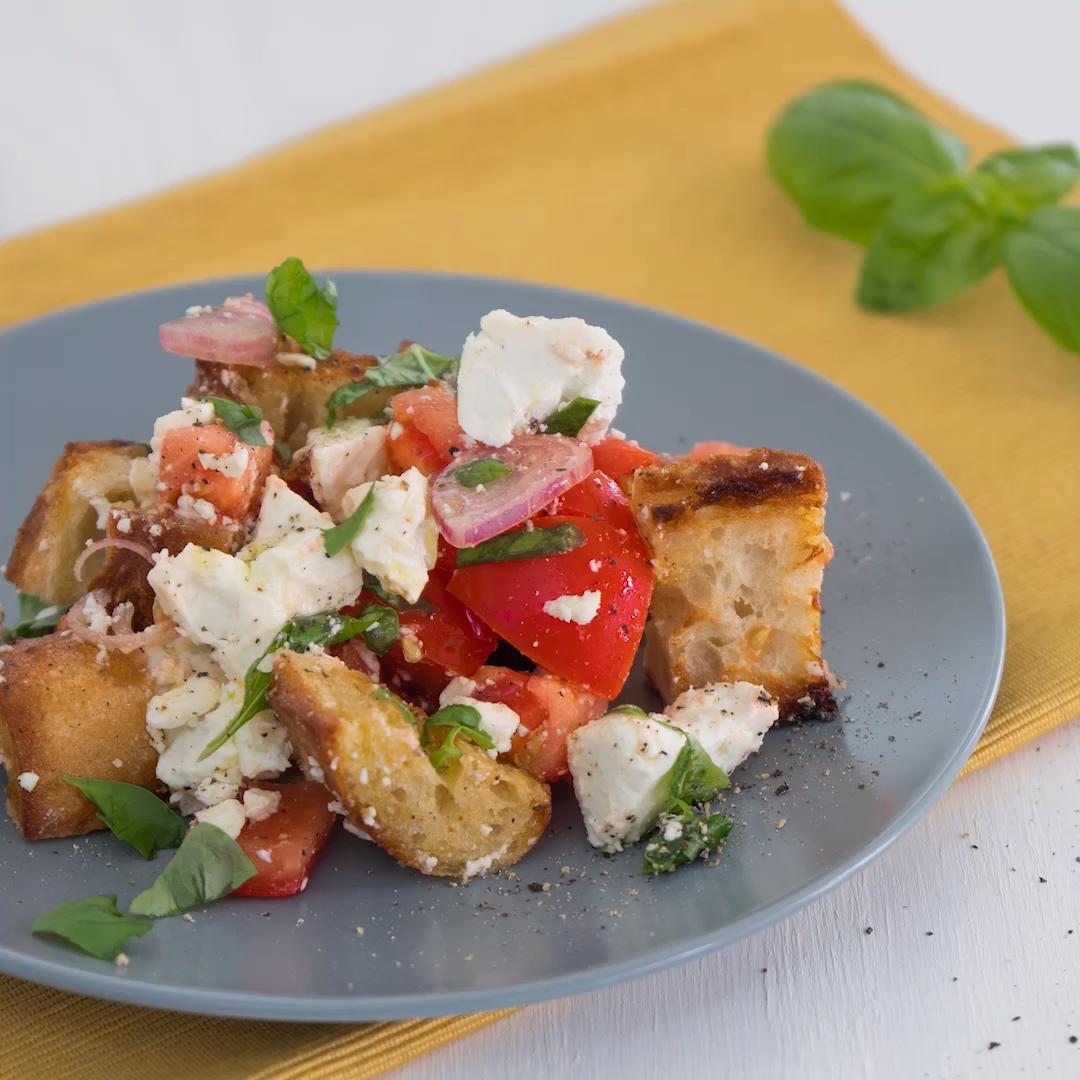 Tomaten-Brotsalat mit Oliven und Feta #easydinnerrecipes