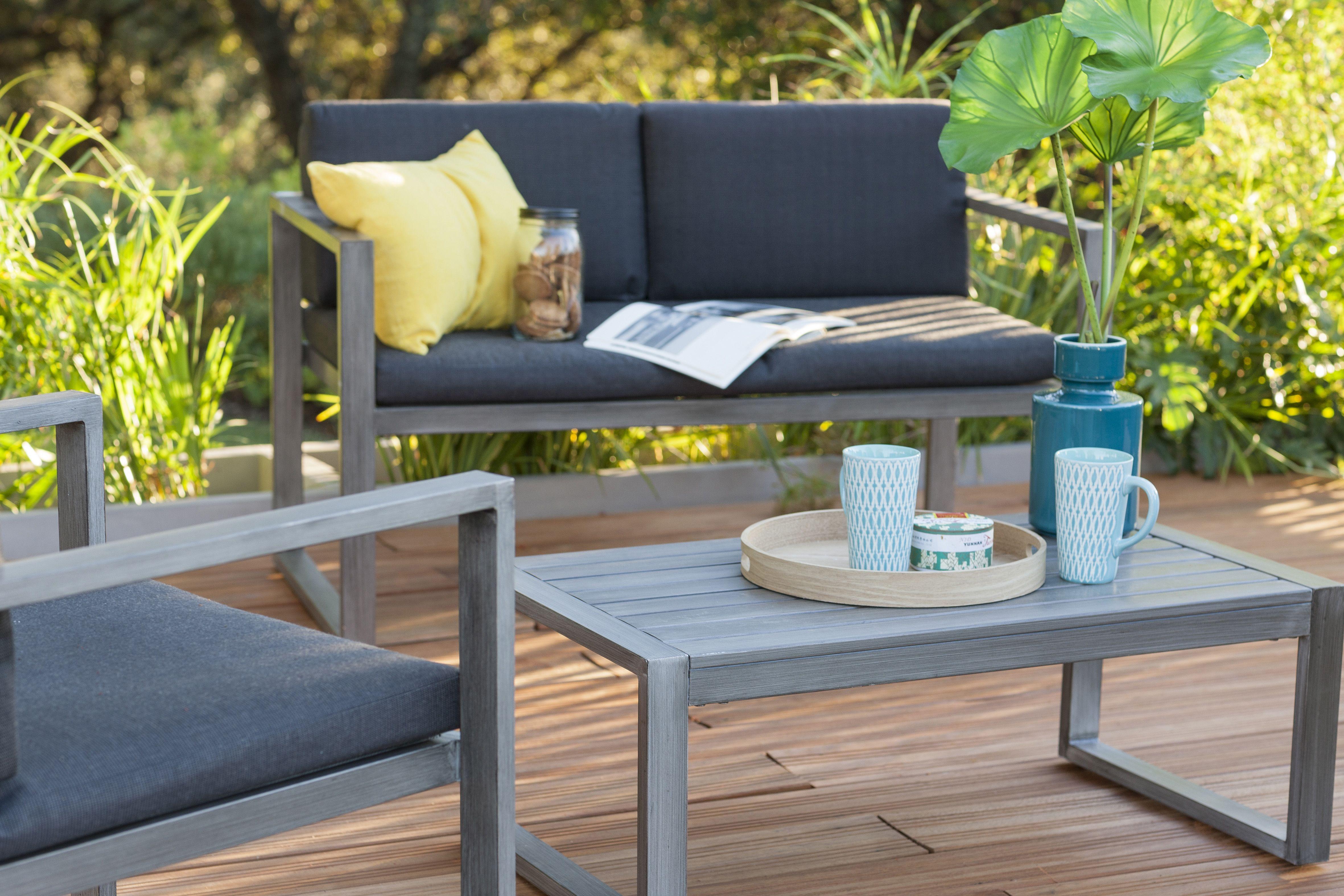 un salon de jardin en aluminium et resine marron pour se detendre en terrasse