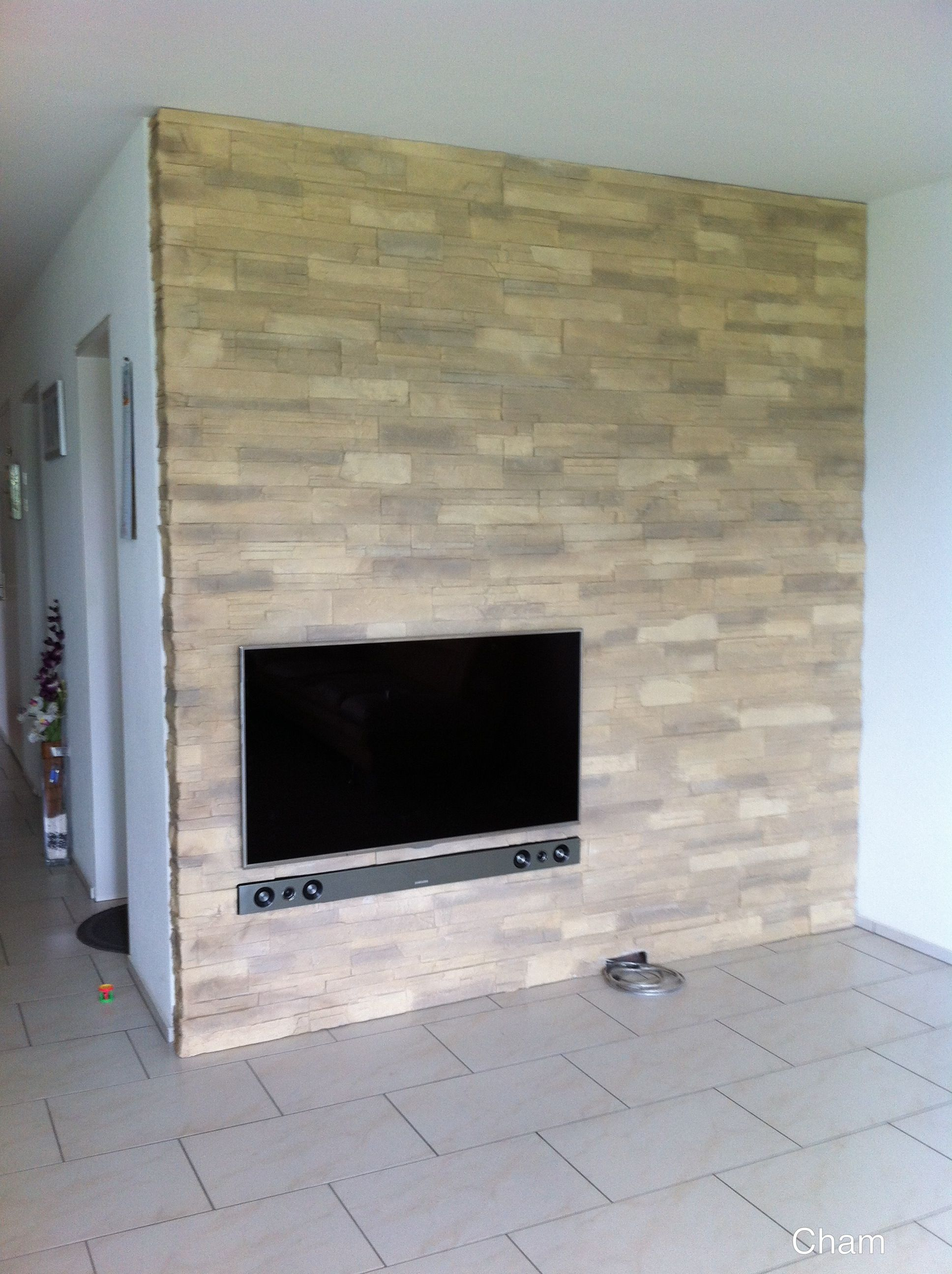 Wohnidee Cham pin ambientestones auf tv wand mit steinoptik