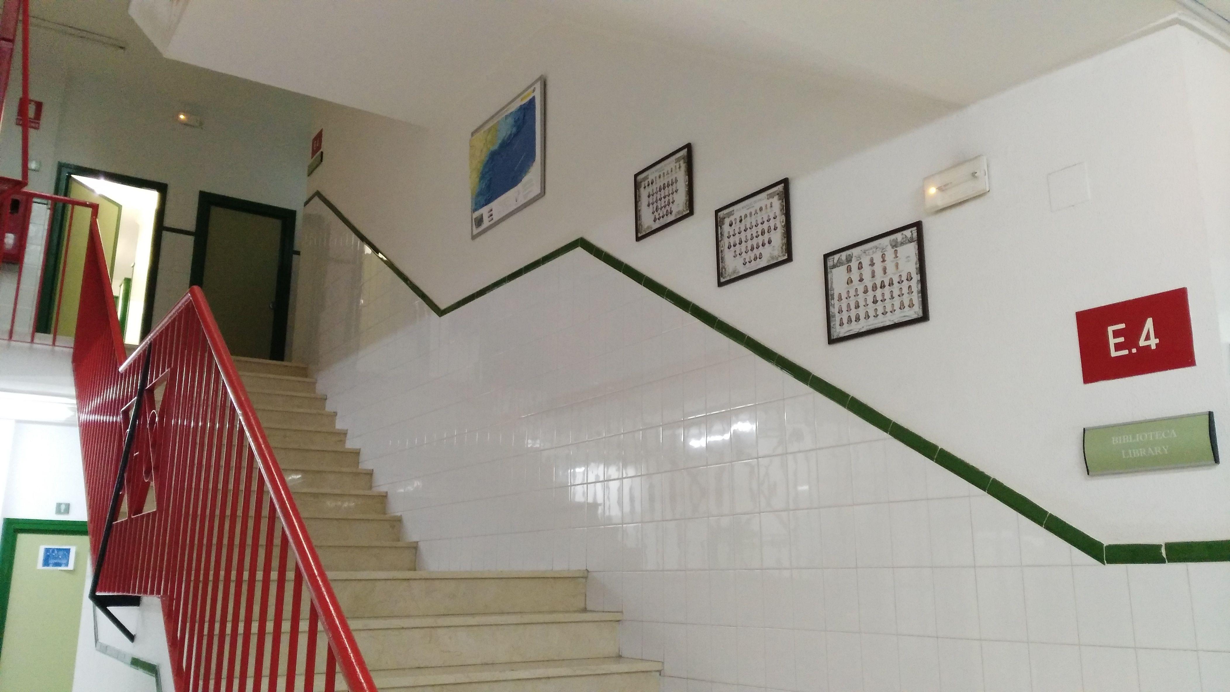 Las escaleras son un lugar de tránsito para los estudiantes y sería ...