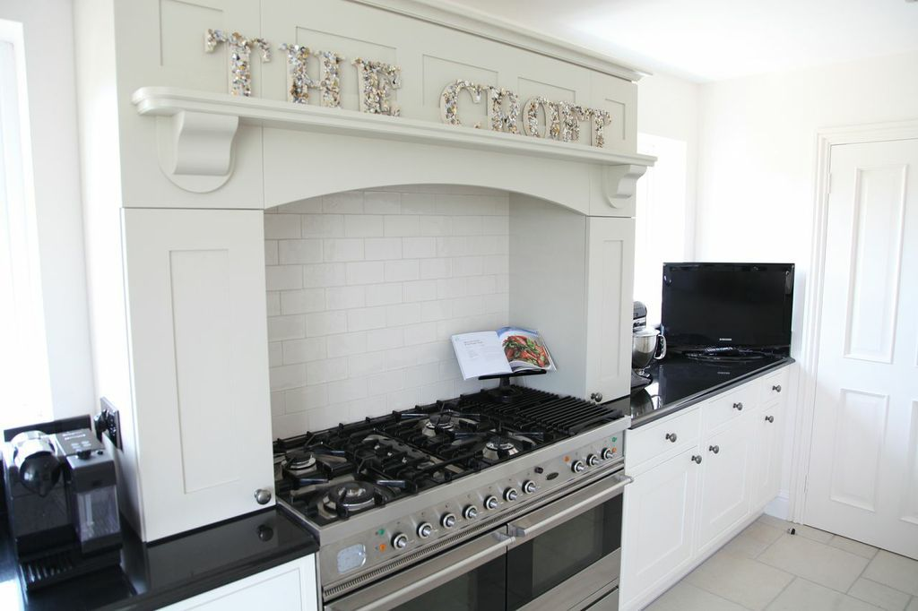 Mantle frames the Range cooker for that classic english kitchen ...
