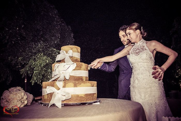 Wedding in Italy / Golden cake with white bows