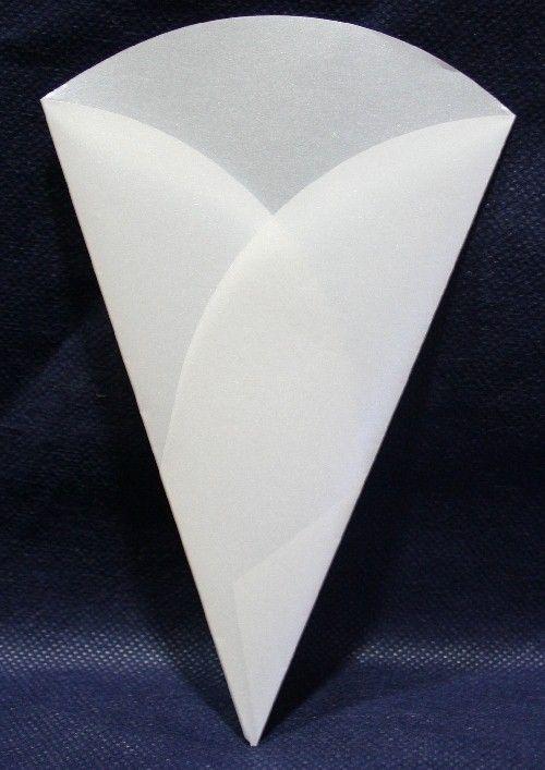 Cono Bianco Perlato per Confettata, petali di rosa e riso da lanciare. H.18,5 cm. Disponibile da C&C Creations Store