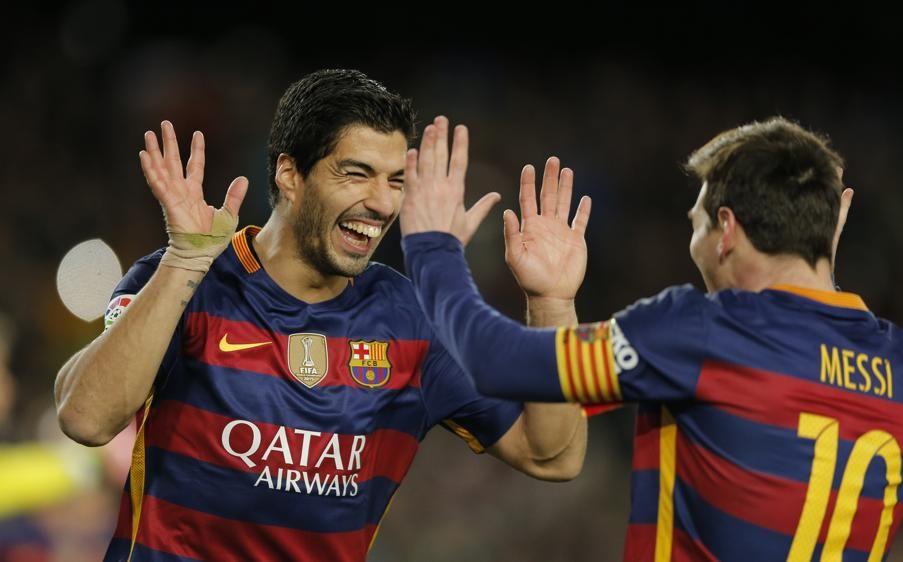 Luis Suárez agradece a Messi la cesión del penalty y el posterior gol.