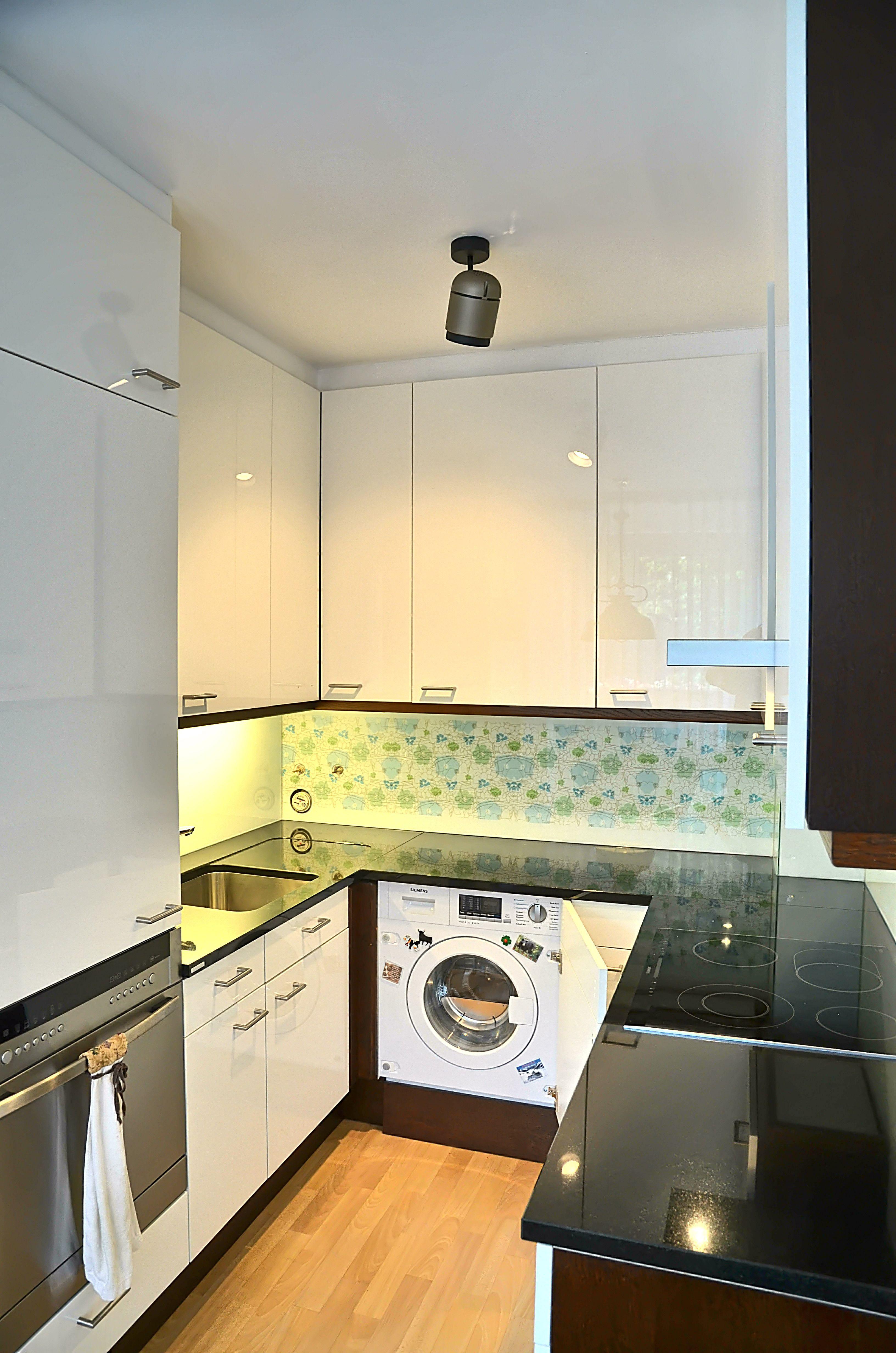 Küche mit #Senosan Hochglanzfronten und bedruckter Spritzschutzwand ...