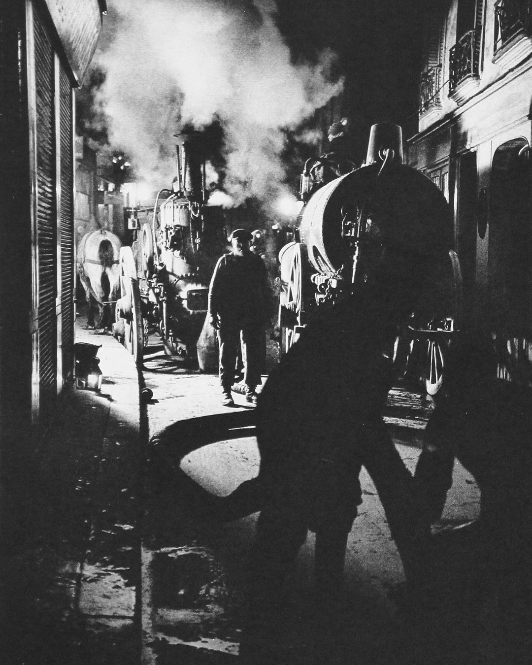 29. Ce n'est pas un des aspects nocturnes les moins caractéristiques des vieux quartiers de Paris que le travail fantastique des vidangeurs.