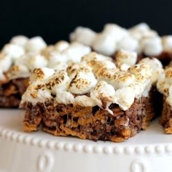 Chewy S'mores Bars | A no-bake, 5-ingredient treat that will have you forgetting about the campfire version!