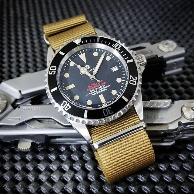 Steinhart Ocean One Vintage Red On A Khaki Nato Strap Via Natos Daily Mode Homme Montre Homme