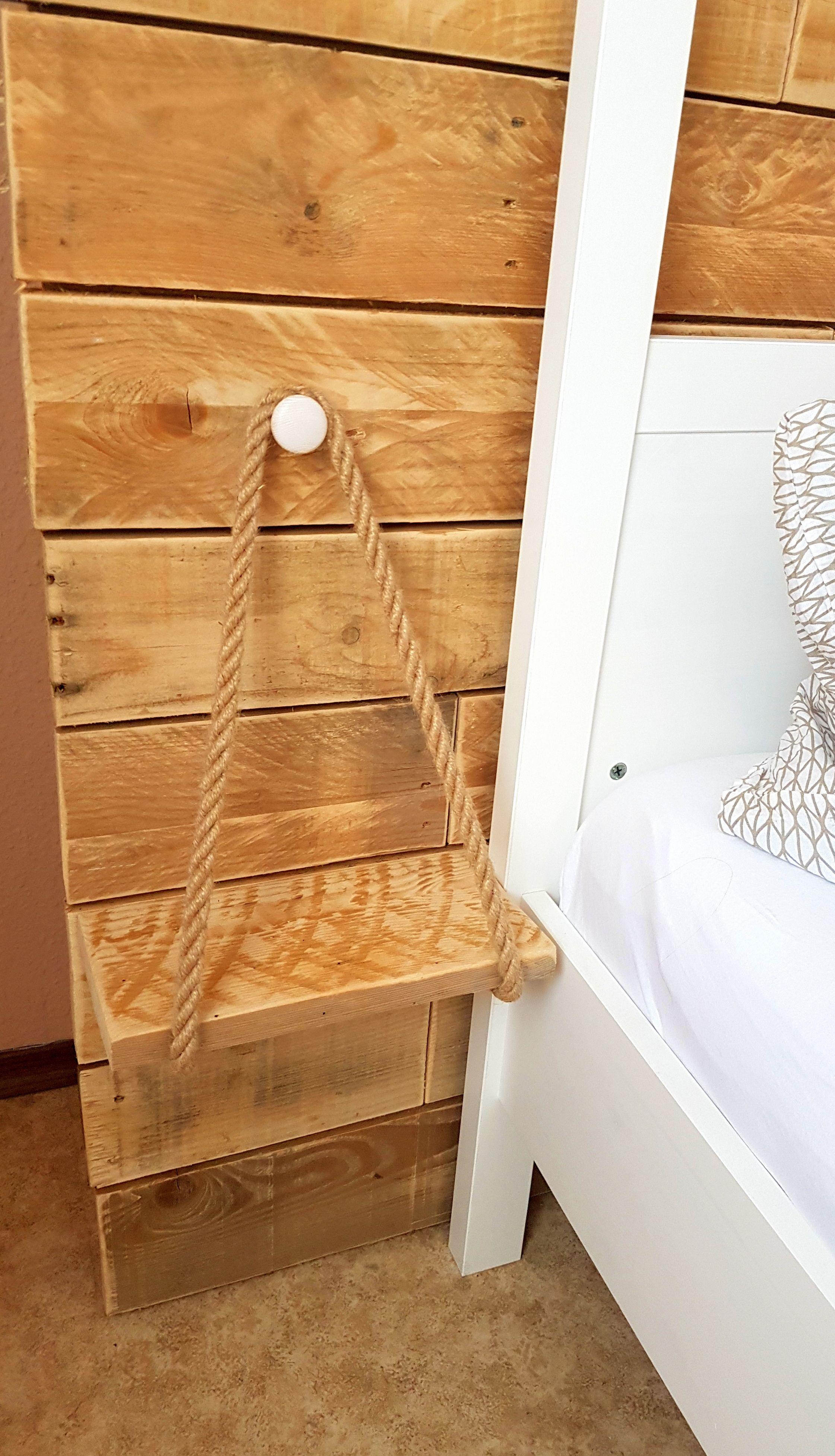 Schlazimmer Wand aus Palettenholz hinter dem Bett inkl
