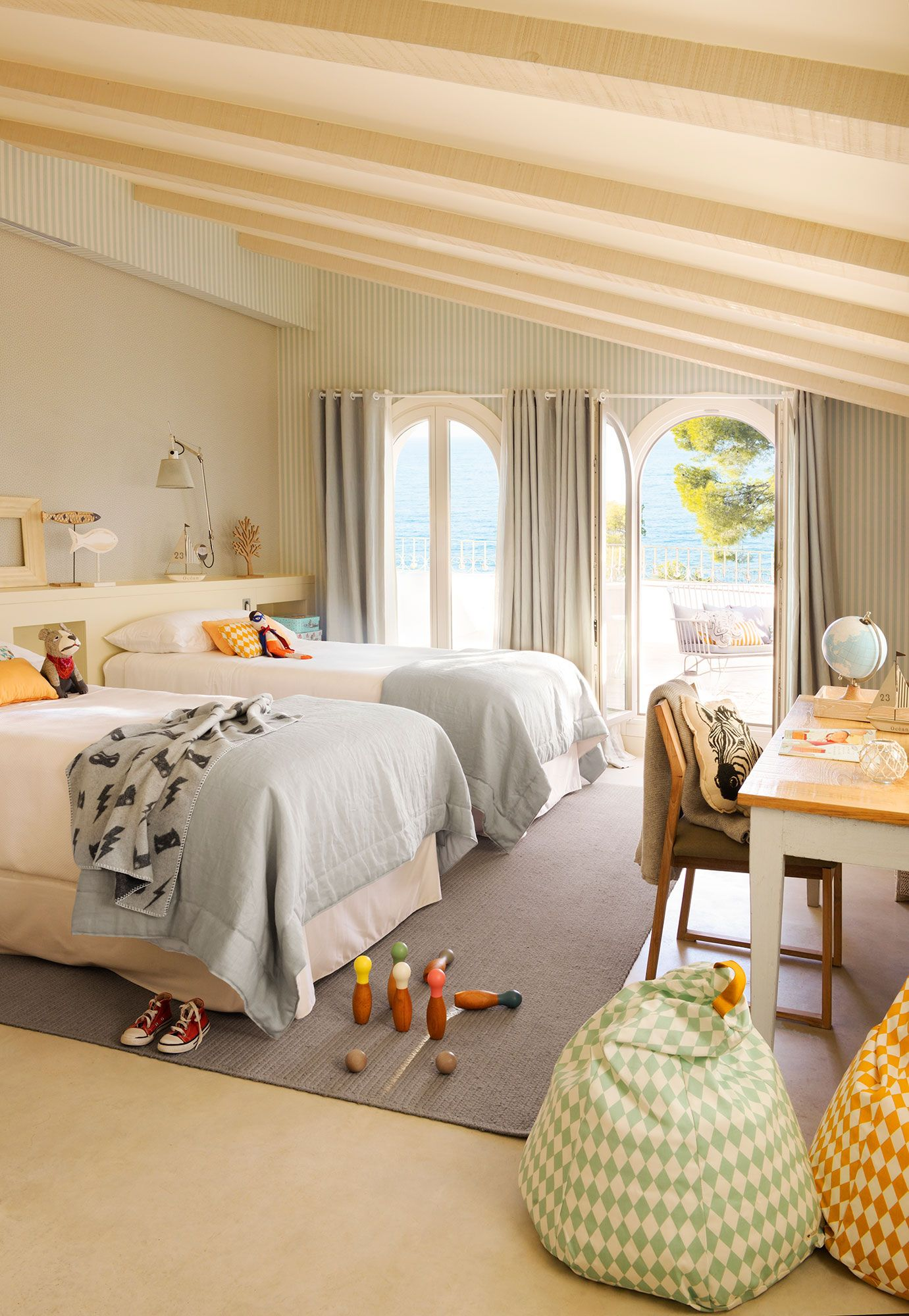 Dormitorio infantil con cama librer a y papel pintado for Cama dormitorio infantil