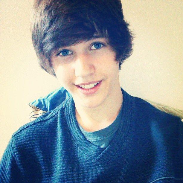 Pin By Evergreen On Tumblr Boys Or Boys In General Lol Brown Hair Blue Eyes Boy Hairstyles Cute Emo Boys