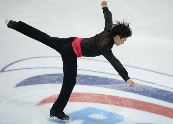 Takahiko Kozuka of Japan performs his short program at the ISU Grand Prix of Figure Skating 5th event in Moscow. (600×432)
